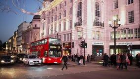 Picadillycircus Londen bij licht van de schemer het prachtige avond stock video