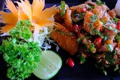 Picante salmon cru com rolo do arroz a fusão da terra e do japonês tailandeses Imagens de Stock Royalty Free