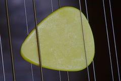 Picareta amarela do guitarrista fotos de stock royalty free