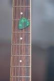 Picareta colorida da guitarra na placa do dedo Foto de Stock Royalty Free