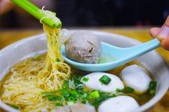 Picareta Hong Kong Fish Ball Noodle dos hashis com chalotas na parte superior imagens de stock