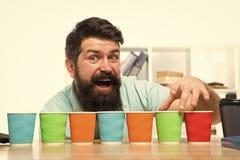 Picareta uma Diversidade e reciclagem Copo de papel de Eco Caf? a ir copo de papel Quantos copos pelo dia Escolha de imagens de stock royalty free
