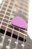 Picaretas da guitarra nas cordas da guitarra fotografia de stock royalty free