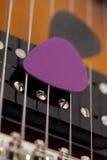 Picaretas da guitarra nas cordas da guitarra imagens de stock