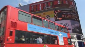 piccadilly伦敦与双层汽车红色公共汽车和广告盘区的马戏正方形 股票录像