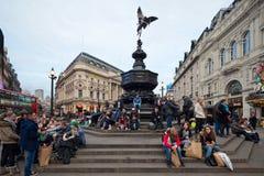 Piccadilly马戏在伦敦。 有Anteros的纪念喷泉 图库摄影