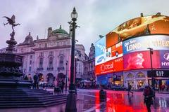 Piccadilly Circus is een beroemd ori?ntatiepunt van Londen en een bezige bestemming voor toeristen stock afbeeldingen