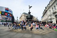 PICCADILLY CIRCUS Londen: 06 juni, 2014: Mensen die van de zon genieten Stock Foto's