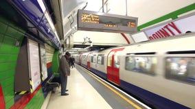 Piccadilly Circus, pessoa que anda ao longo da plataforma na estação subterrânea video estoque
