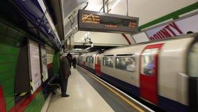 Piccadilly Circus, pessoa que anda ao longo da plataforma na esta??o subterr?nea filme