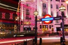 Piccadilly cirkus i London, UK, på natten Royaltyfri Foto