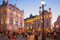 Piccadilly cirkus i natt Berömt ställe för romantiska data Arkivfoton