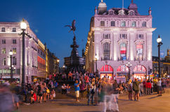 Piccadilly cirkus i natt London Arkivbild