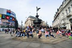 PICCADILLY-CIRKUS London: Juni 06, 2014: Folk som tycker om solen Arkivfoton