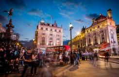 Piccadilly cirkus på skymning royaltyfri bild