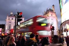 Piccadilly-Zirkus, London - - 14. Februar von 2015: Viele Leute Autos und typische rote Busse, welche die Straßen in diesem famou Lizenzfreie Stockfotos