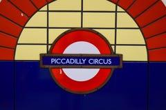 Piccadilly-Zirkus, London-Untertagezeichen Stockbilder