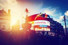 Piccadilly-Zirkus-Neonanzeigen glühen bei Sonnenuntergang, junge Nacht London, Großbritannien lizenzfreie stockfotografie