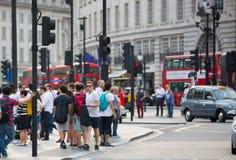 Piccadillycircus met veel die mensen, toeristen en Londoners de verbinding kruisen Londen, het UK Stock Foto