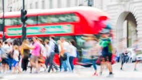 Piccadillycircus met veel die mensen, toeristen en Londoners de verbinding kruisen Londen, het UK Royalty-vrije Stock Afbeeldingen