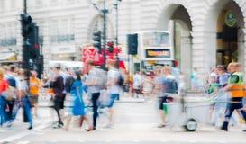Piccadillycircus met veel die mensen, toeristen en Londoners de verbinding kruisen Londen, het UK Stock Foto's