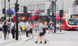 Piccadillycircus met veel die mensen, toeristen en Londoners de verbinding kruisen Londen, het UK Royalty-vrije Stock Foto
