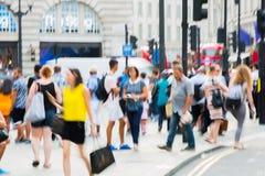 Piccadillycircus met veel die mensen, toeristen en Londoners de verbinding kruisen Londen, het UK Royalty-vrije Stock Afbeelding