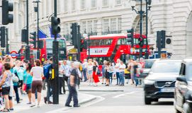 Piccadillycircus met veel die mensen, toeristen en Londoners de verbinding kruisen Londen, het UK Royalty-vrije Stock Foto's