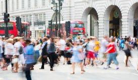 Piccadillycircus met veel die mensen, toeristen en Londoners de verbinding kruisen Londen, het UK Royalty-vrije Stock Fotografie