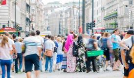 Piccadillycircus met veel die mensen, toeristen en Londoners de verbinding kruisen Londen, het UK Stock Fotografie