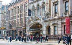 Piccadillystraat Veel mensen het lopen en vervoer op de weg Londen, het UK Stock Afbeeldingen