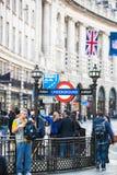 Piccadillystraat Veel mensen het lopen en vervoer op de weg Londen, het UK Royalty-vrije Stock Afbeeldingen