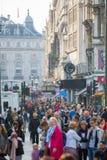 Piccadillystraat Veel mensen het lopen en vervoer op de weg Londen, het UK Stock Foto