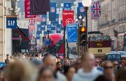 Piccadillystraat Veel mensen het lopen en vervoer op de weg Londen, het UK Stock Fotografie