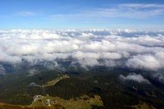 Picchi che si elevano sopra le nuvole Immagine Stock Libera da Diritti
