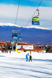 Picchi della cabina e della neve della cabina di funivia di Bansko, Bulgaria Fotografie Stock