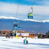Picchi della cabina e della neve della cabina di funivia di Bansko, Bulgaria Fotografia Stock Libera da Diritti