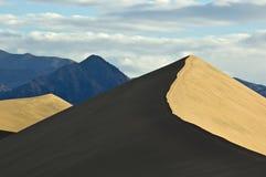 Picchi della duna e di montagna di sabbia Fotografia Stock