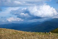 Picchi delle montagne carpatiche Fotografia Stock