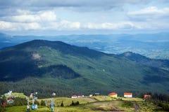 Picchi delle montagne carpatiche coperte di vegetazione densa Fotografie Stock