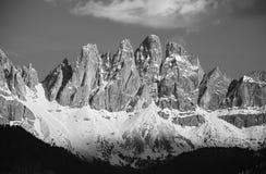 Picchi di alta montagna in bianco e nero Immagine Stock