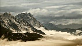 Picchi di alta montagna che aumentano dalla nebbia nella valle fotografie stock libere da diritti