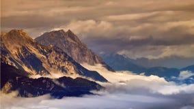 Picchi di alta montagna che aumentano dalla nebbia nella valle fotografia stock libera da diritti