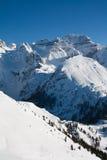 Picchi di alta montagna con neve Immagine Stock
