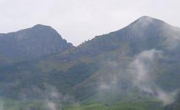 Picchi di alta montagna e nuvole bianche salenti - fondo del paesaggio dal Kerala, India Fotografia Stock Libera da Diritti