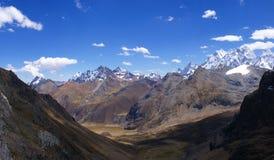 Picchi di alta montagna e valle glaciale Immagini Stock