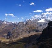 Picchi di alta montagna e valle glaciale Fotografie Stock