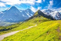 Picchi di Eiger, di Monch e di Jungfrau da Mannlichen in alpi svizzere Immagini Stock