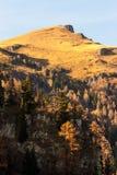 Picchi di montagna ad una luce solare luminosa calda fotografia stock libera da diritti