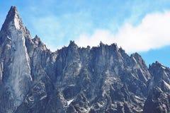 Picchi di montagna alpini ghiacciati del cielo blu fotografie stock libere da diritti